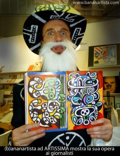 (b)ananartista (pittore e performer svizzero) ad ARTISSIMA 2014 sorprende Maurizio Cattelan e i giornalisti con questo libro d'arte