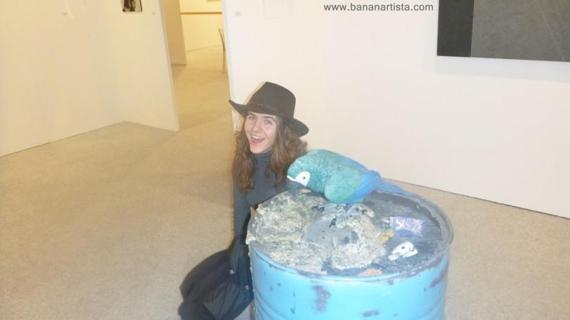 Bianca Brecce con un pappagallo a Bergamo Arte Fiera
