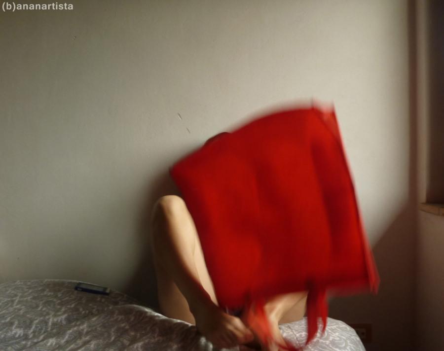 ragazza con sacchetto rosso fotografia erotica di (b)ananartista