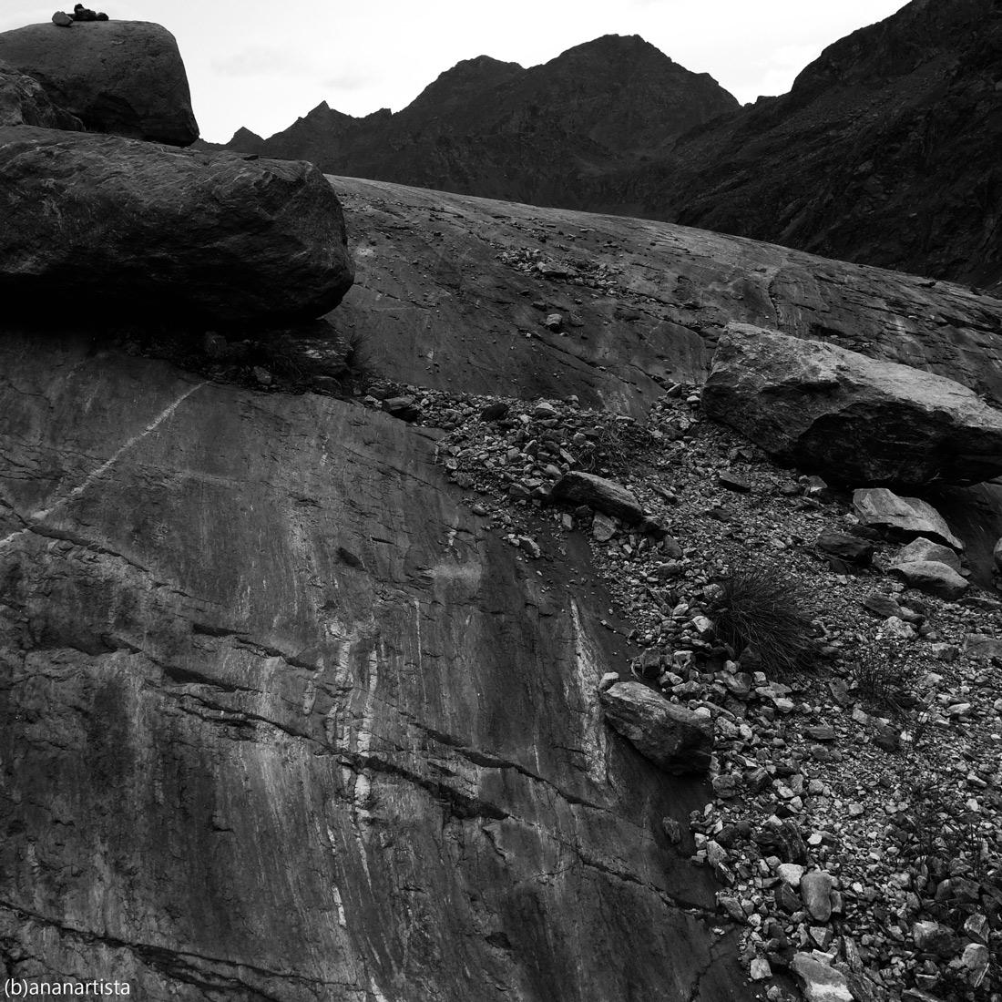 logogrifo Gaia: paesaggio alpino in bianco e nero di (b)ananartista sbuff