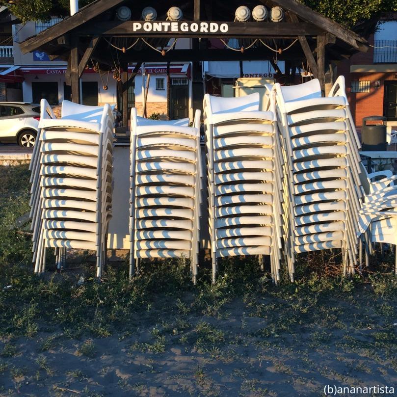montón de sillas en pontegordo: fotografia di (b)ananartista sbuff