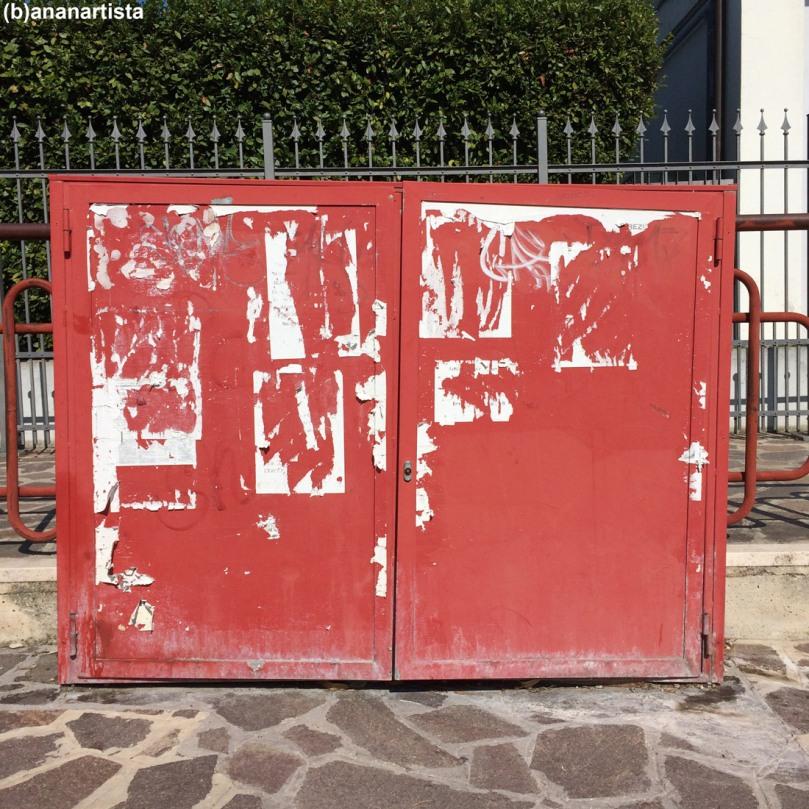 armadio rosso abbandonato container: fotografia di (b)ananartista sbuff