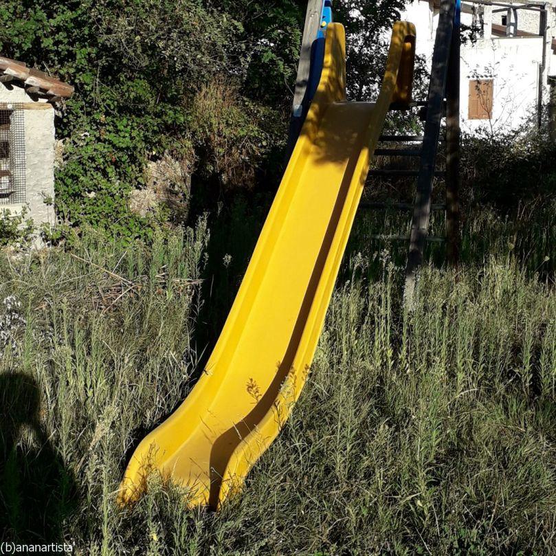 scivolo giallo nella selva : fotografia di (b)ananartista sbuff